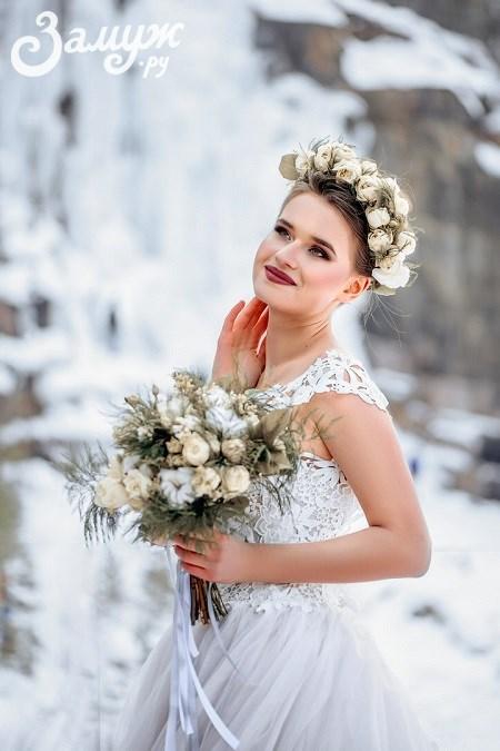 Свадебные причёски на короткие волосы — с цветами